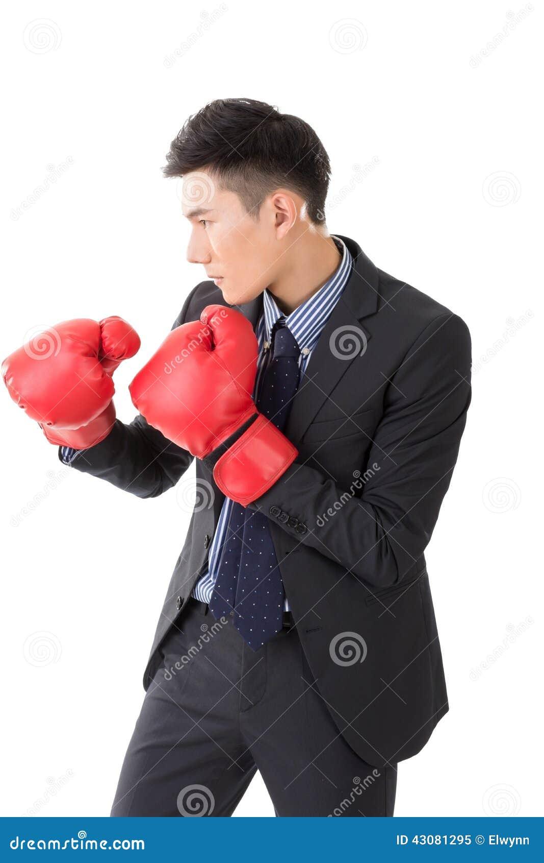 Asiatisk affärsman med boxninghandskar