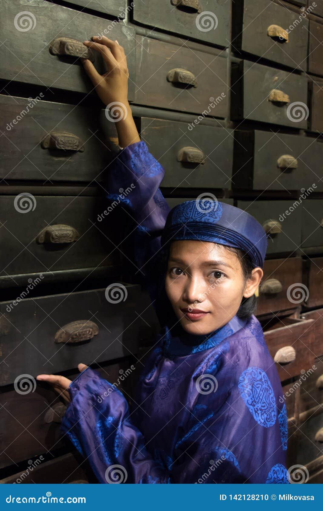 Asiatisk apotekare som arbetar på orientaliskt apotek