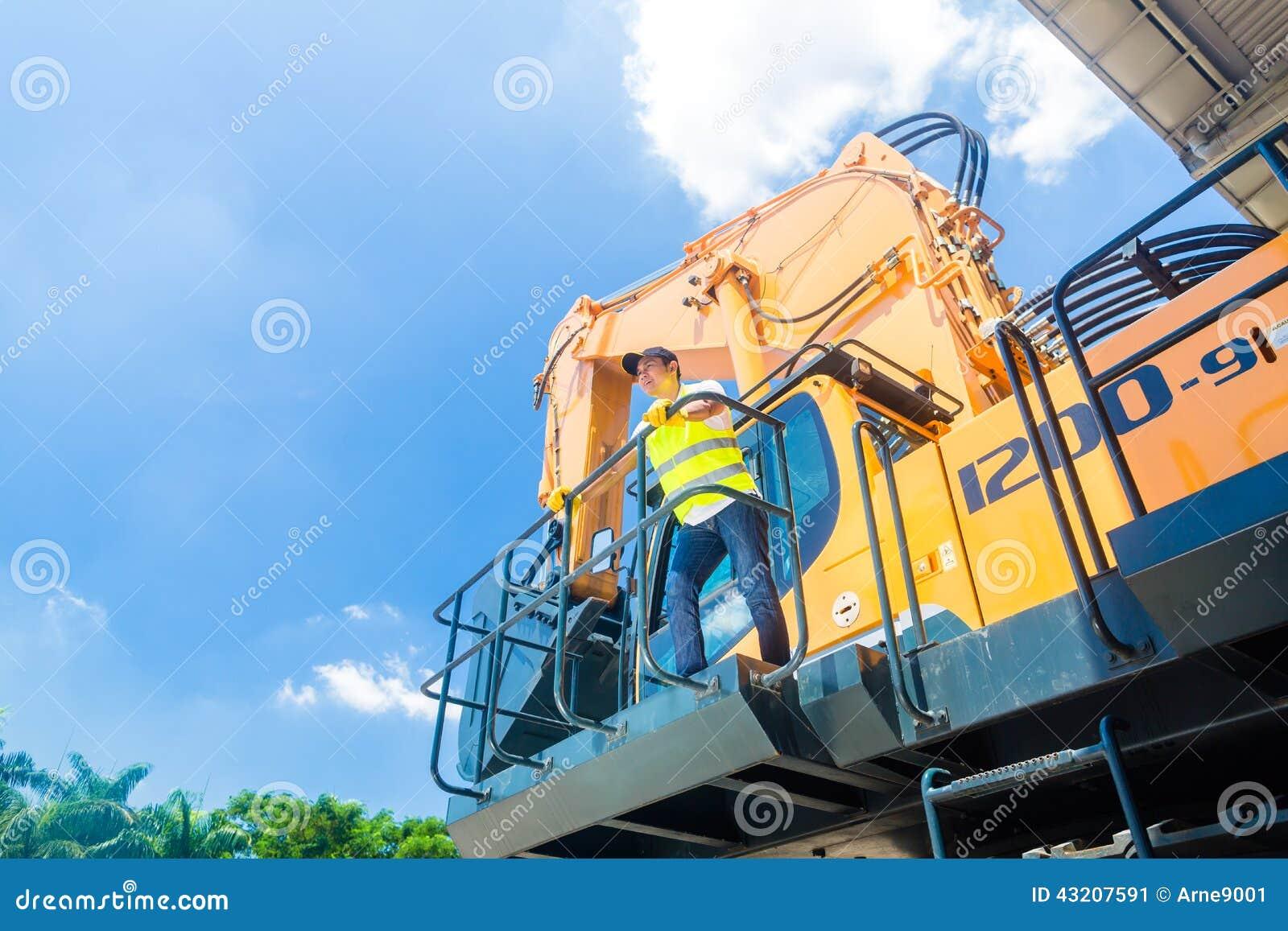 Download Asiatisk Arbetare På Plats För Skyffelgrävskopakonstruktion Fotografering för Bildbyråer - Bild av chaufför, utrustning: 43207591