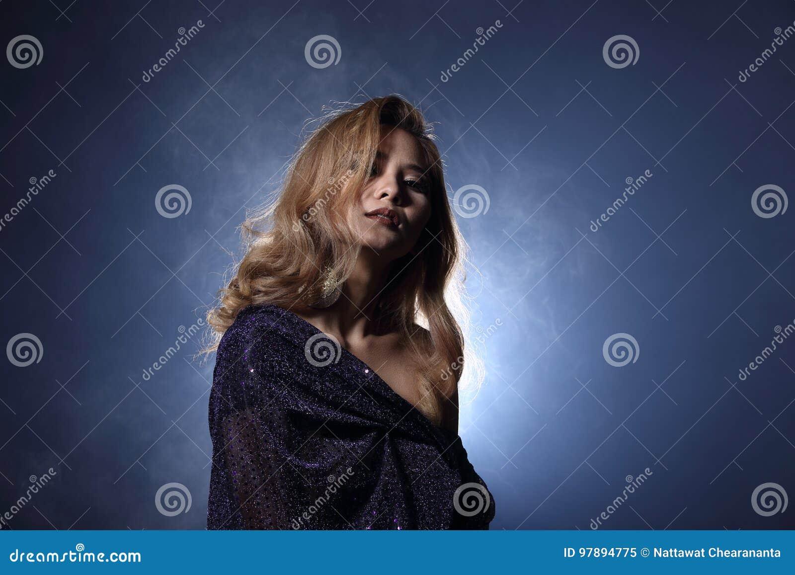 Asiatisk blond våghårkvinna, öppna skuldror för stående med purpl