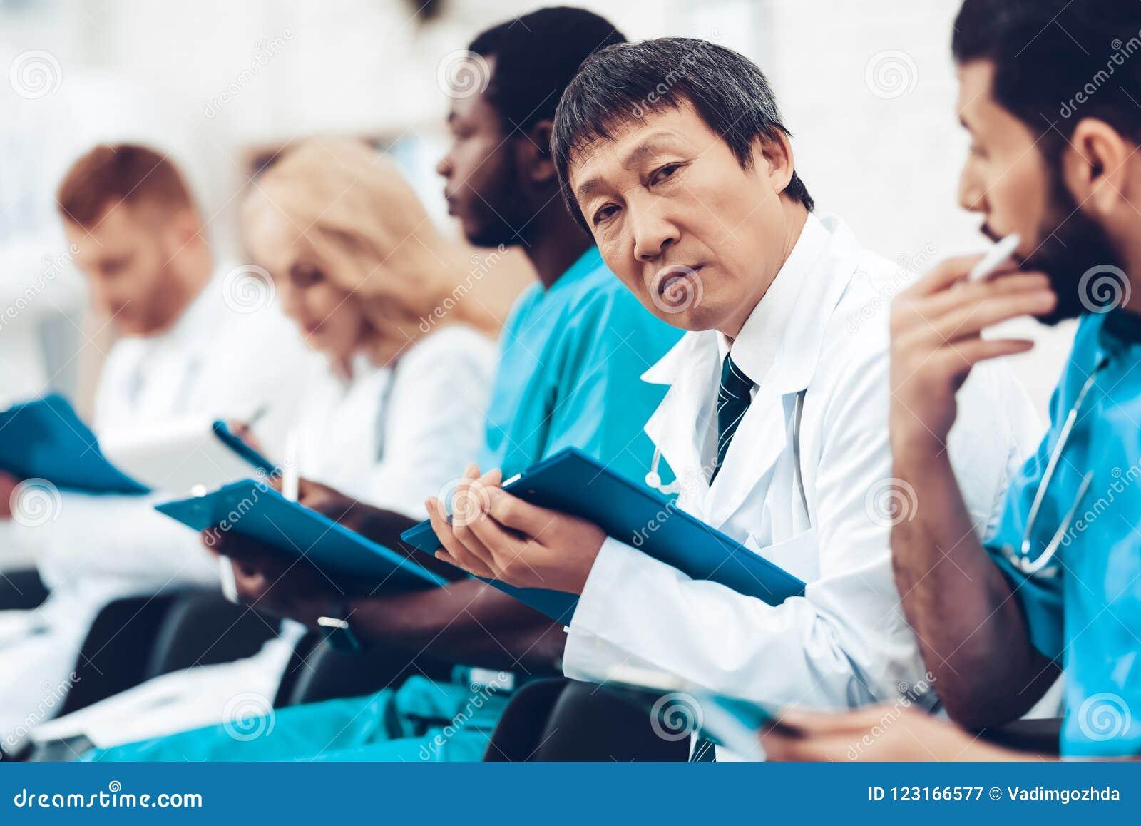 Asiatisk doktor Camera Staring During föreläsningen