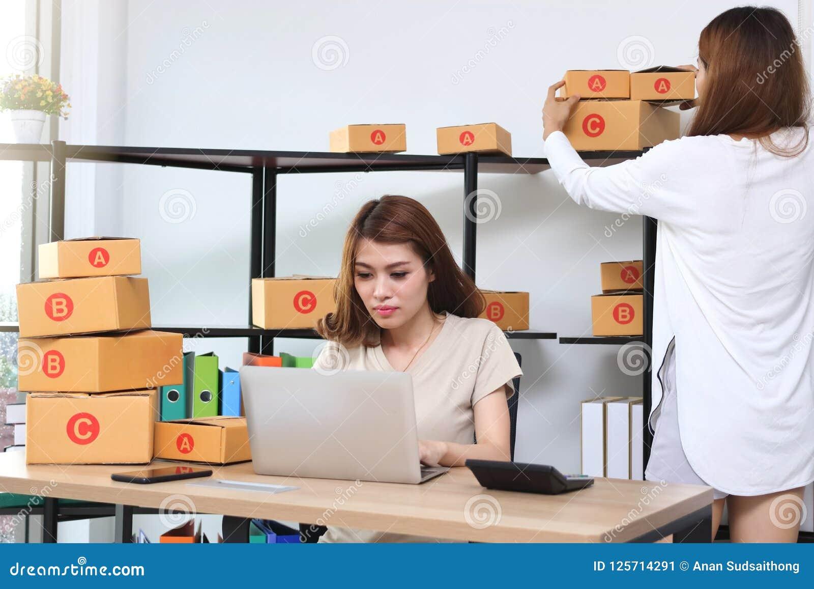 Asiatisk entreprenörägare för tonåring som tillsammans hemma arbetar på arbetsplatsen Starta upp små och medelstora företag