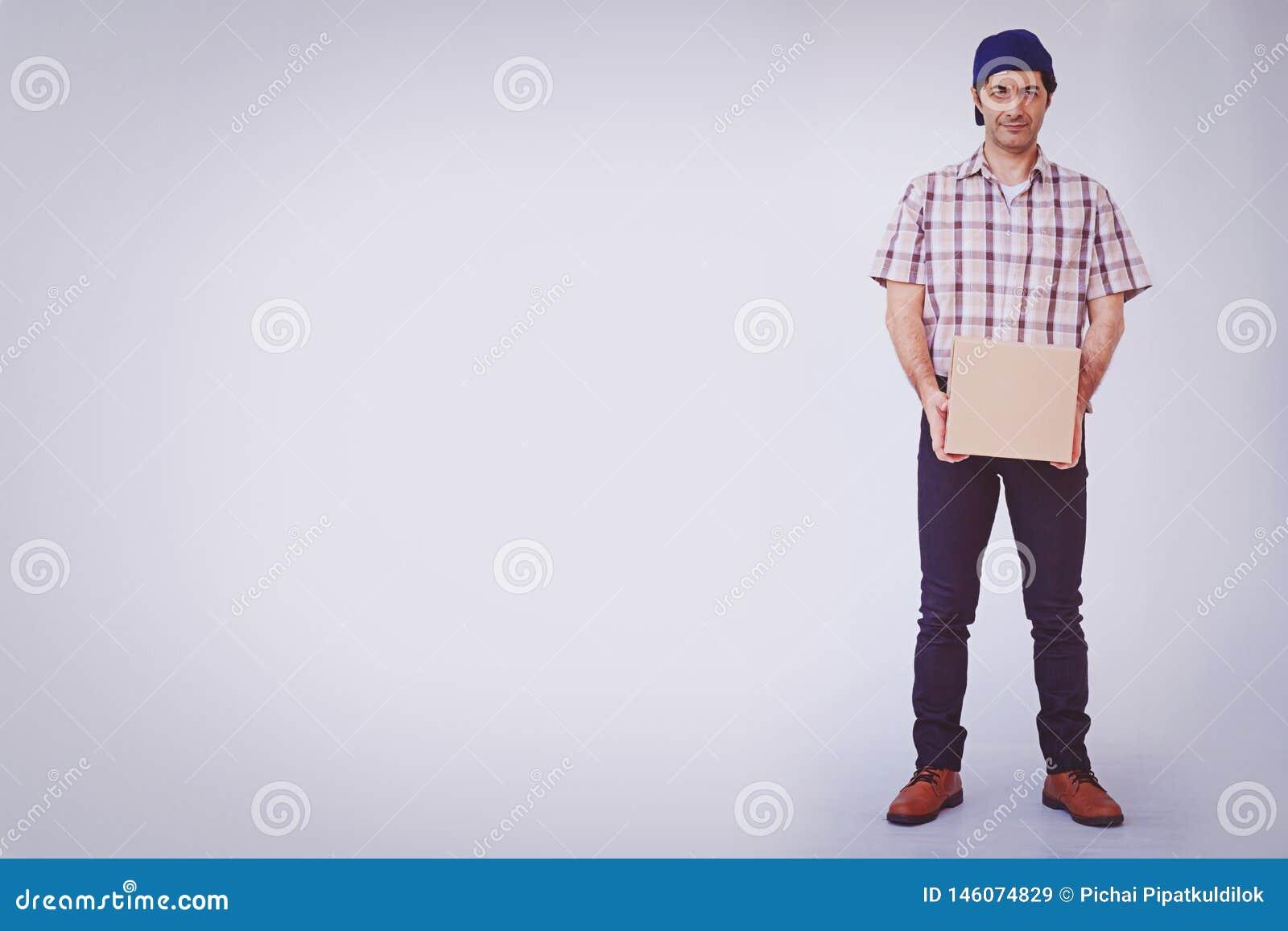 Asiatisk för innehavask för ung man packe, leveransman