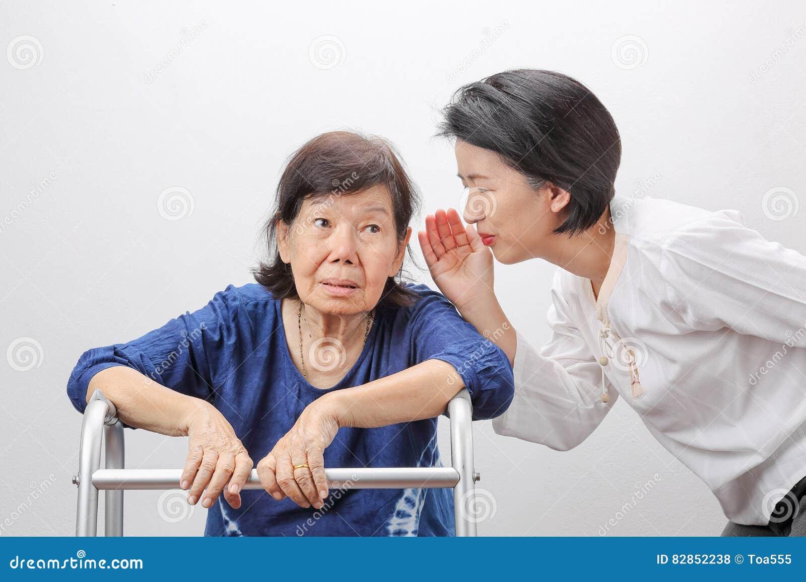 Asiatisk förlust för pensionärkvinnautfrågning som är lomhörd