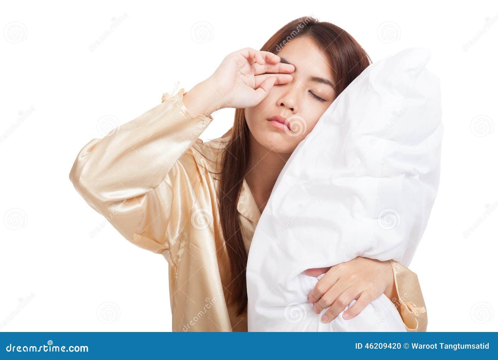 Asiatisk flickavak upp sömnigt och dåsigt med kudden