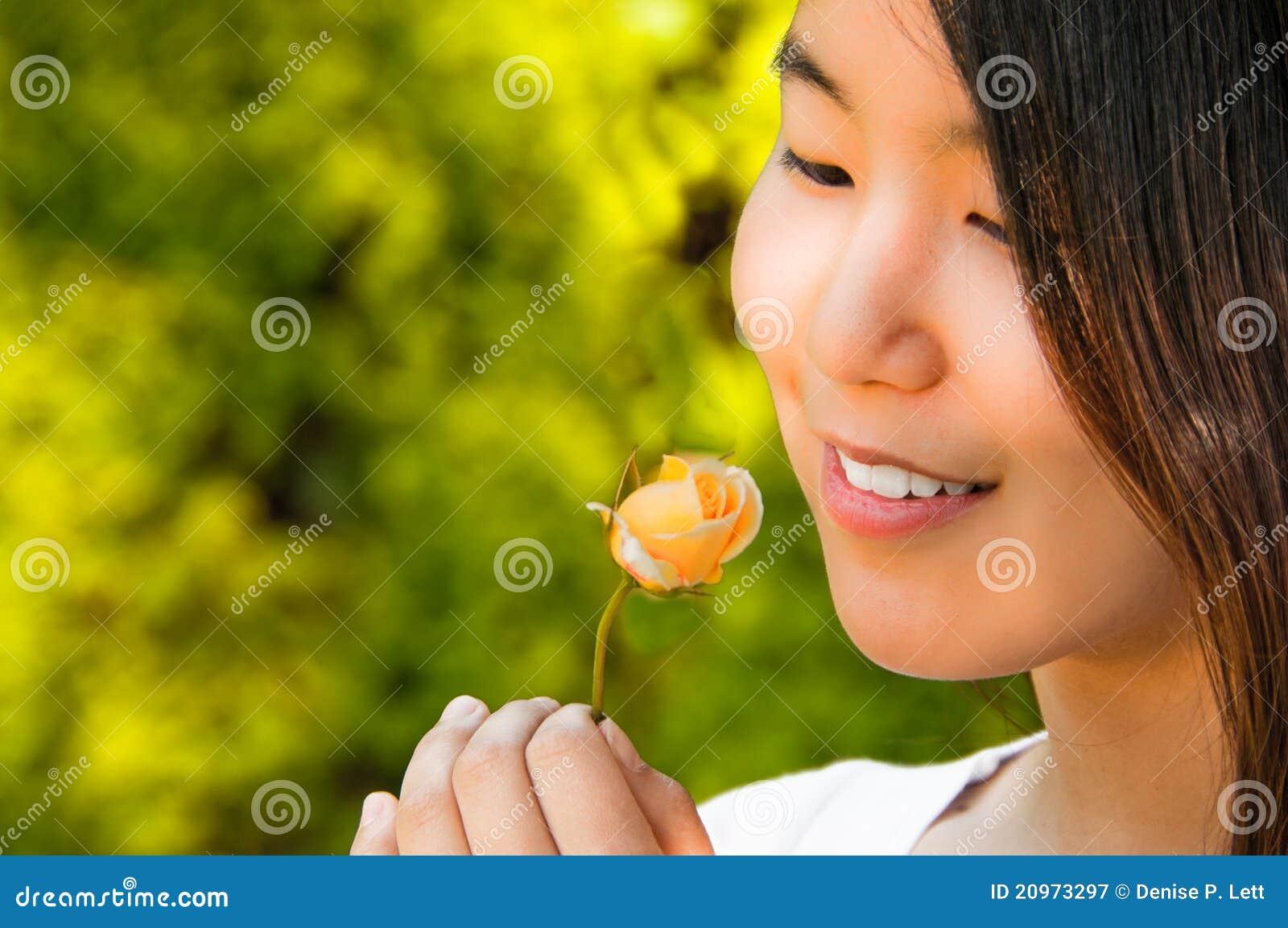 Asiatisk härlig knopp som ser rose kvinnabarn