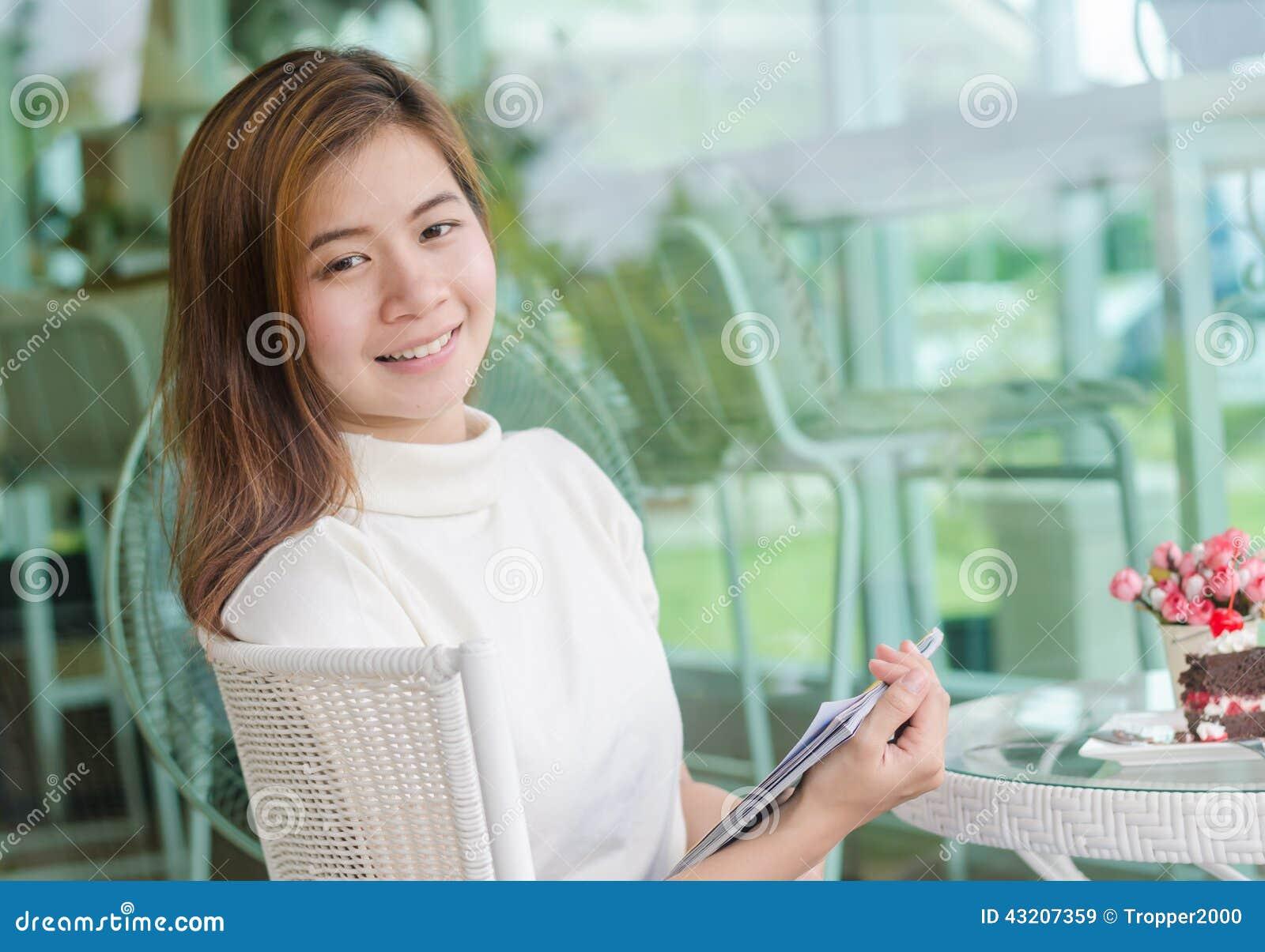 Download Asiatisk härlig kvinna fotografering för bildbyråer. Bild av framsida - 43207359