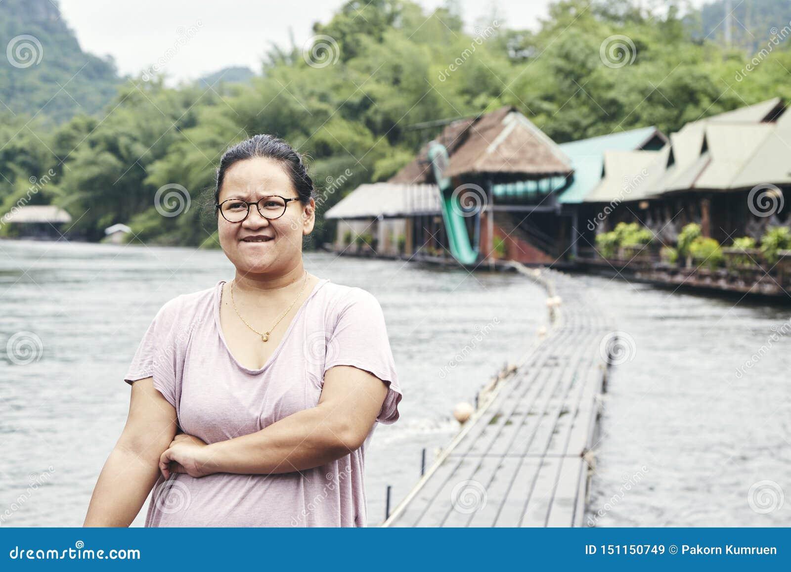 Asiatisk handelsresande för ung kvinna och att koppla av