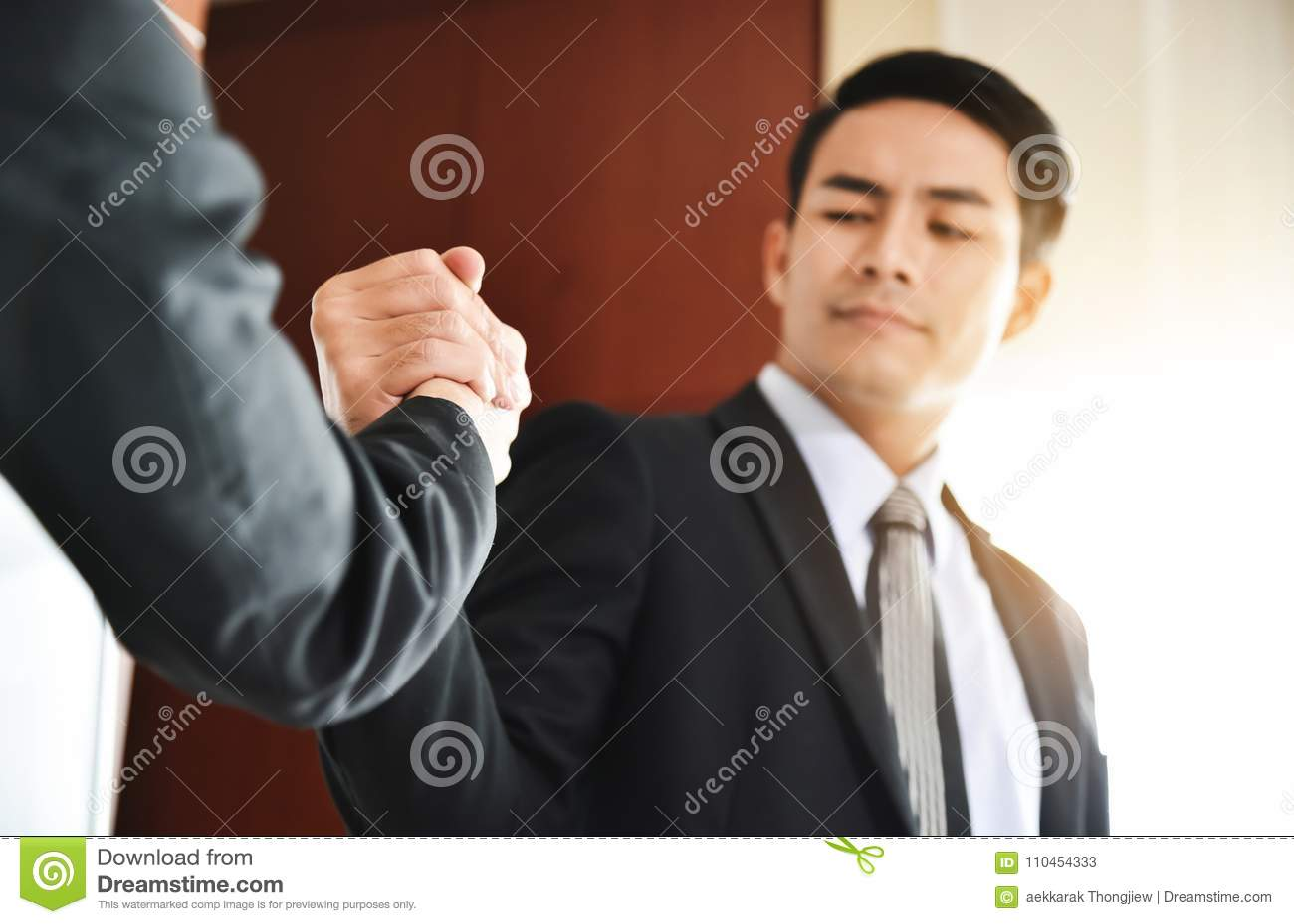 Asiatisk handskakning för affärsfolk på mötet