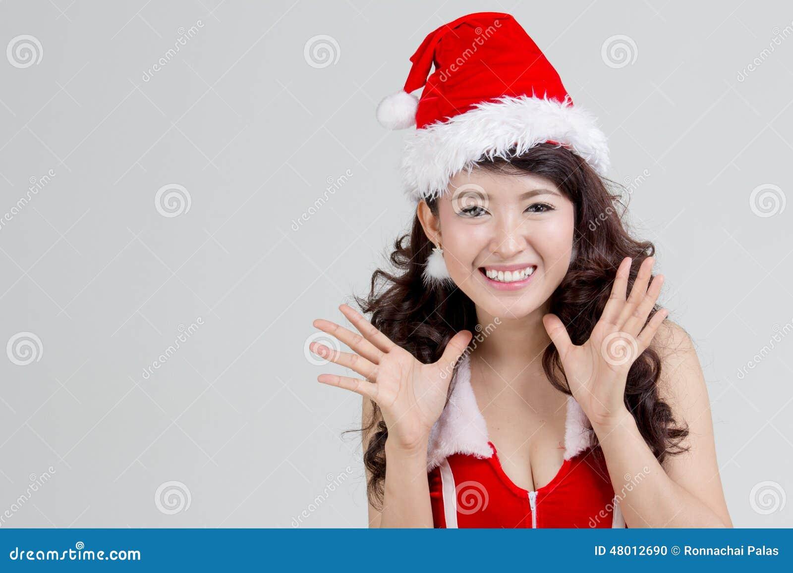 Asiatisk kvinna med den upphetsade santa klänningen