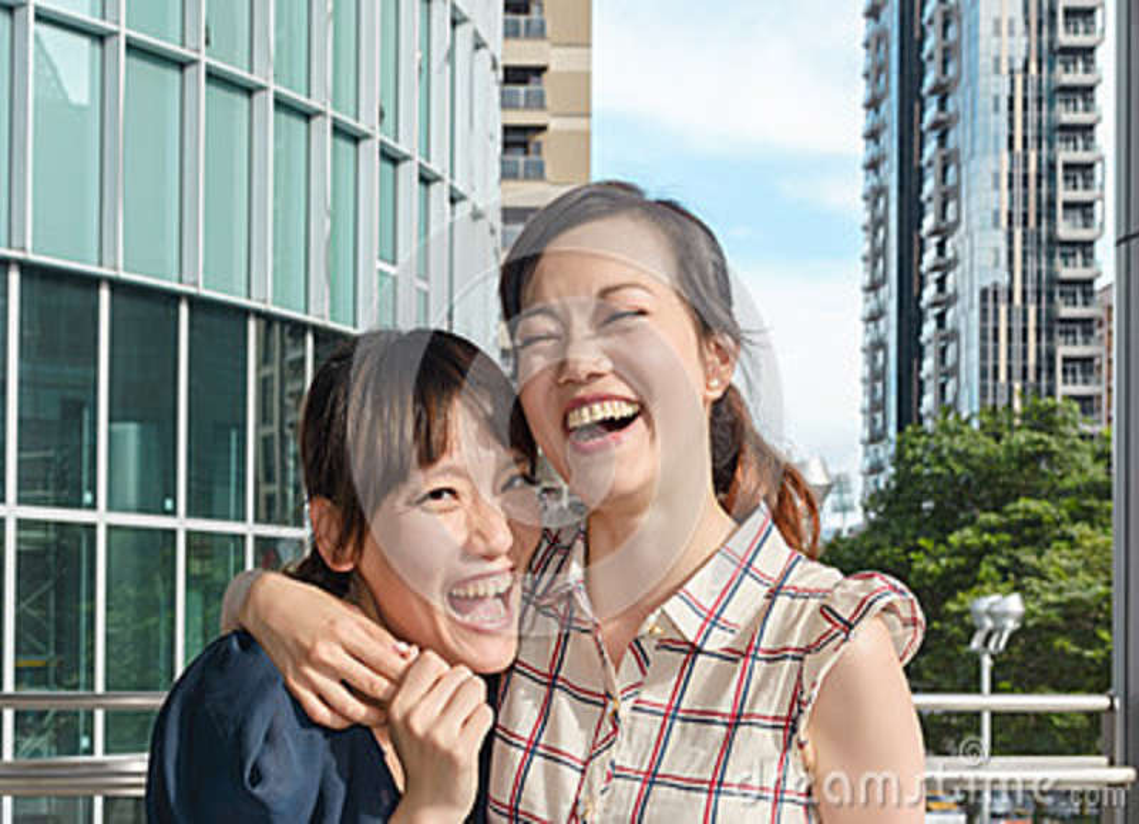 Asiatisk kvinna med vänner