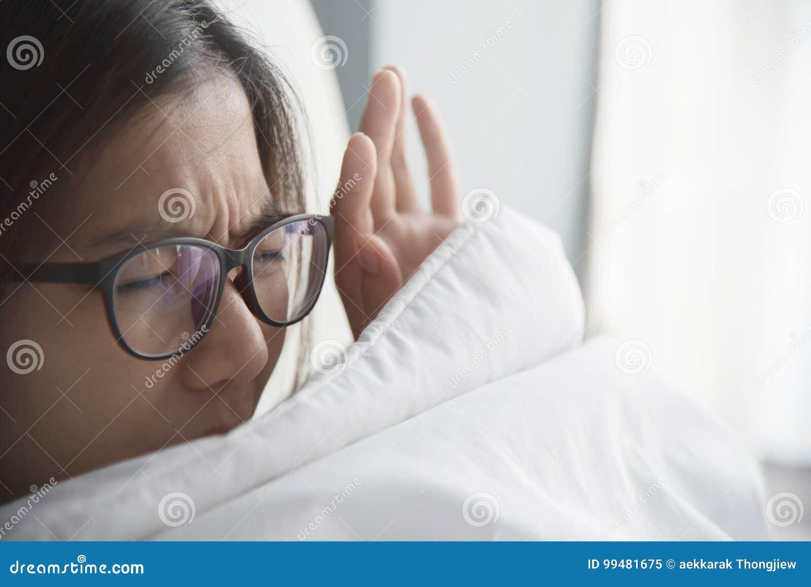 Asiatisk kvinna som har problem om att få upp tidigt på morgonen