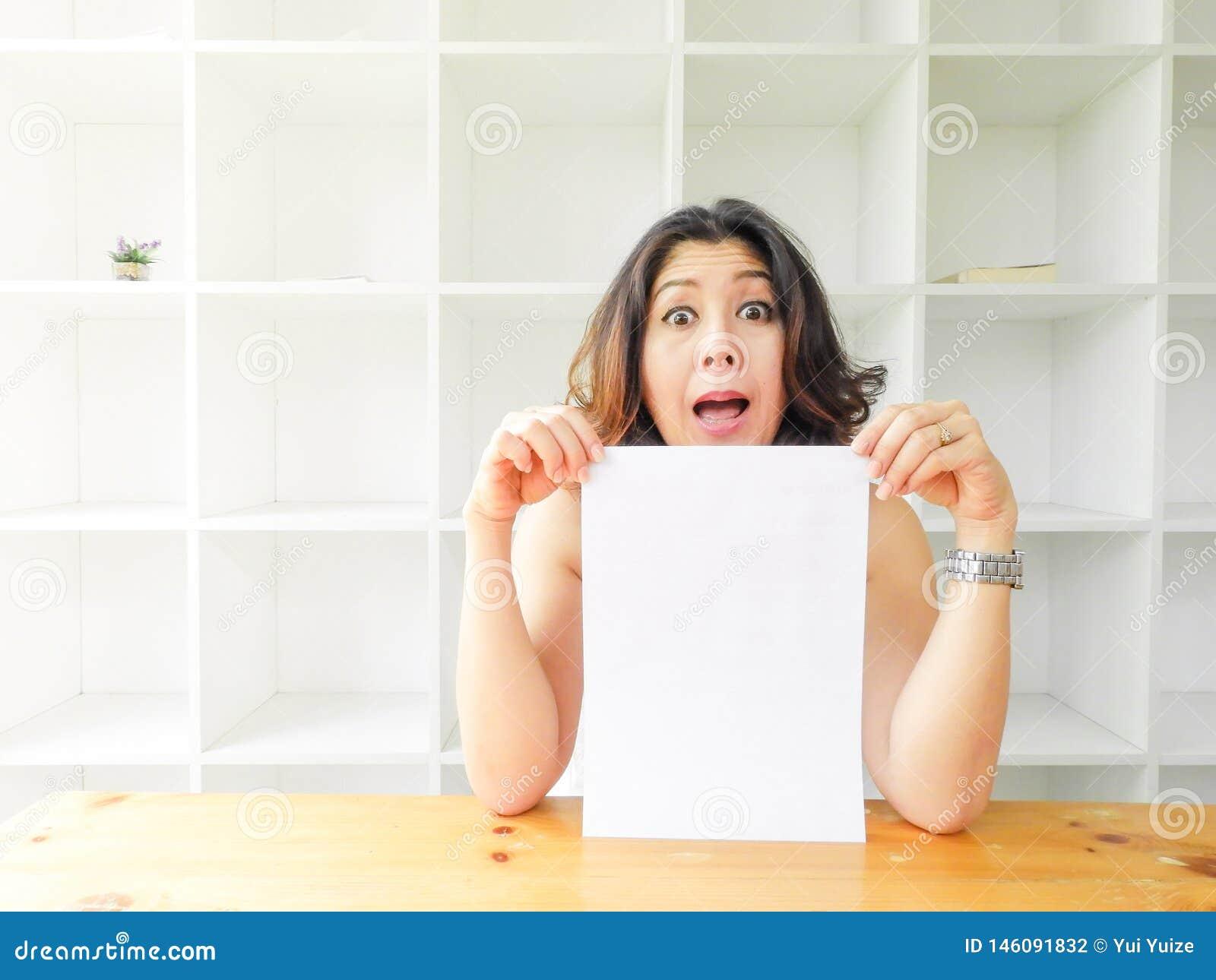 Asiatisk kvinna som rymmer tom vitbok