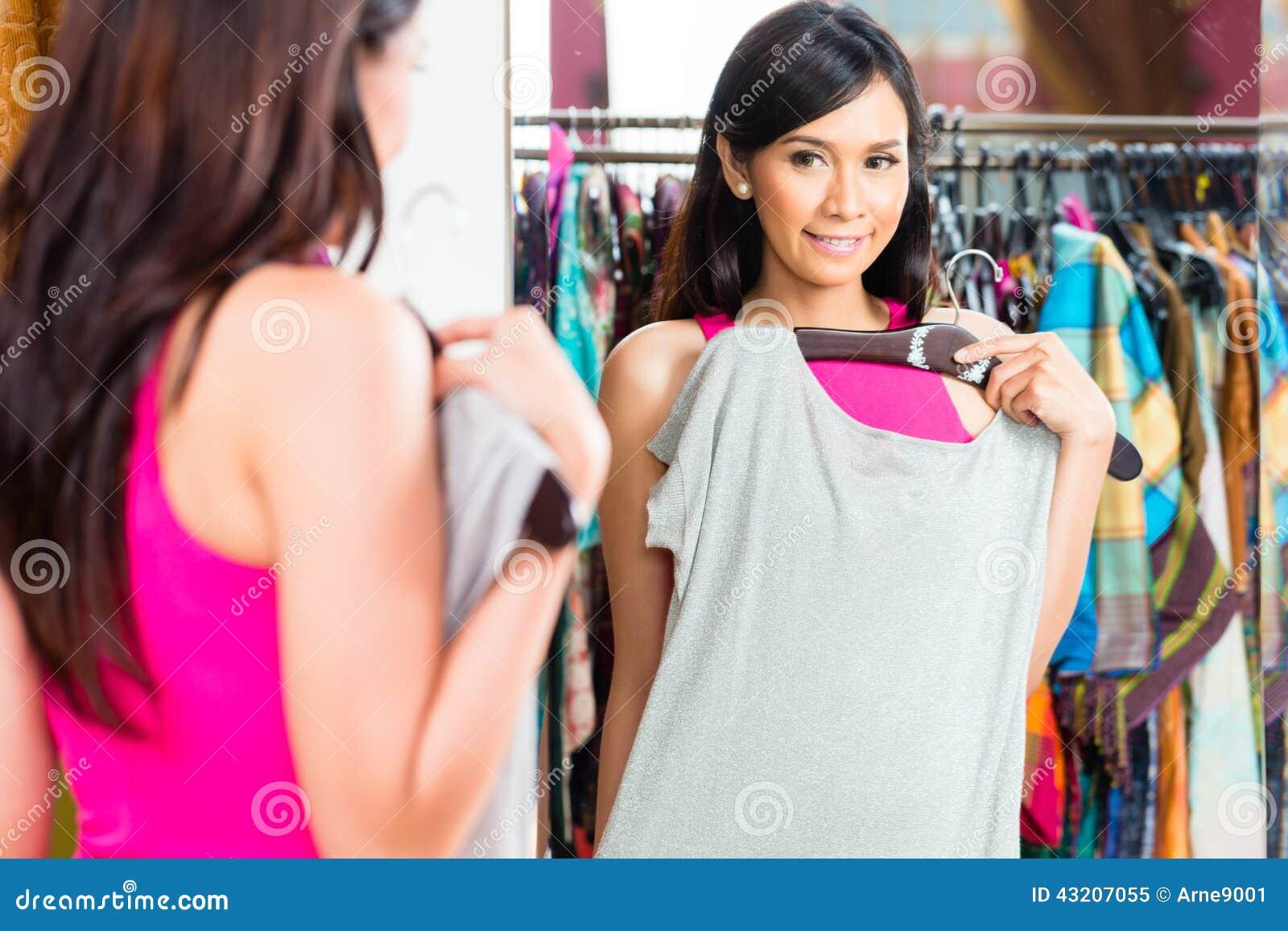 Download Asiatisk Kvinnashopping I Modelager Fotografering för Bildbyråer - Bild av förminska, stil: 43207055