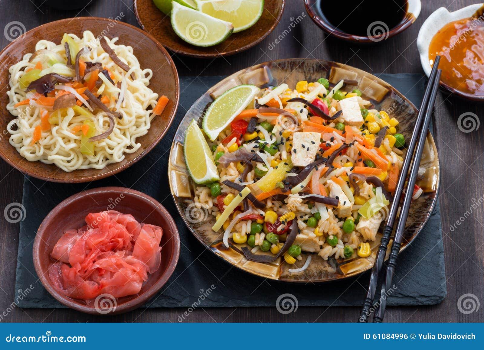 Asiatisk lunch - stekt ris med tofuen och grönsaker, bästa sikt