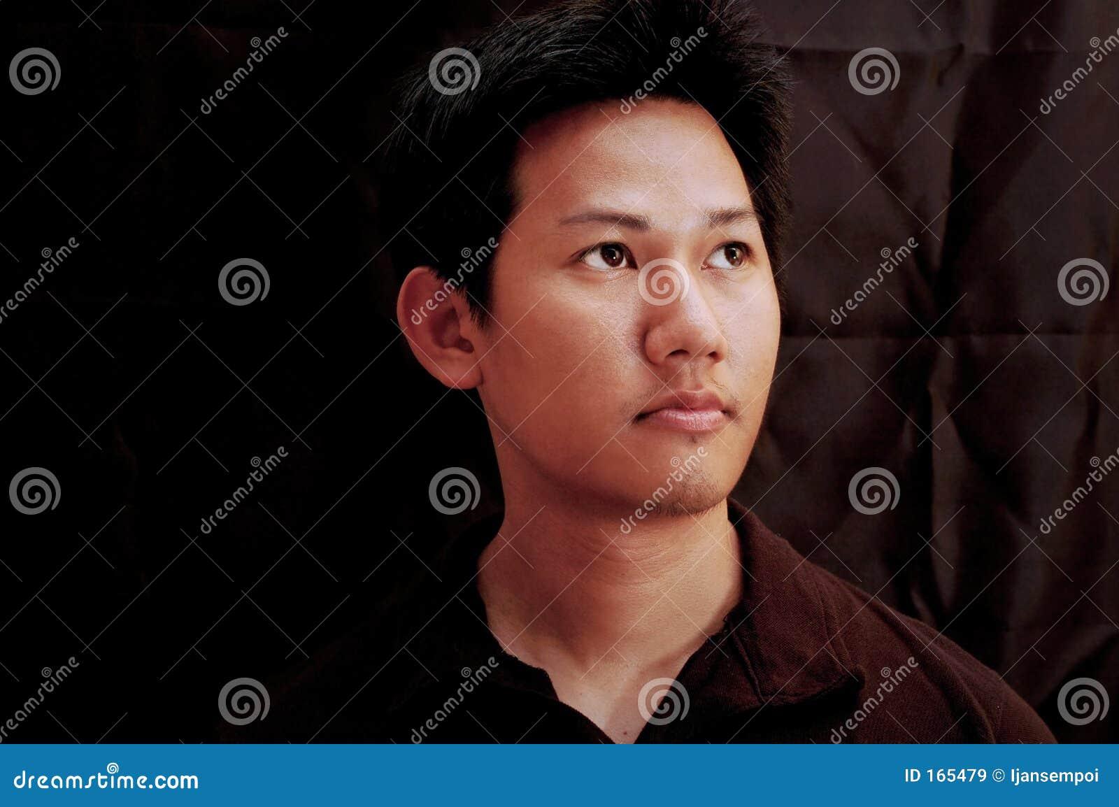 Asiatisk male stående