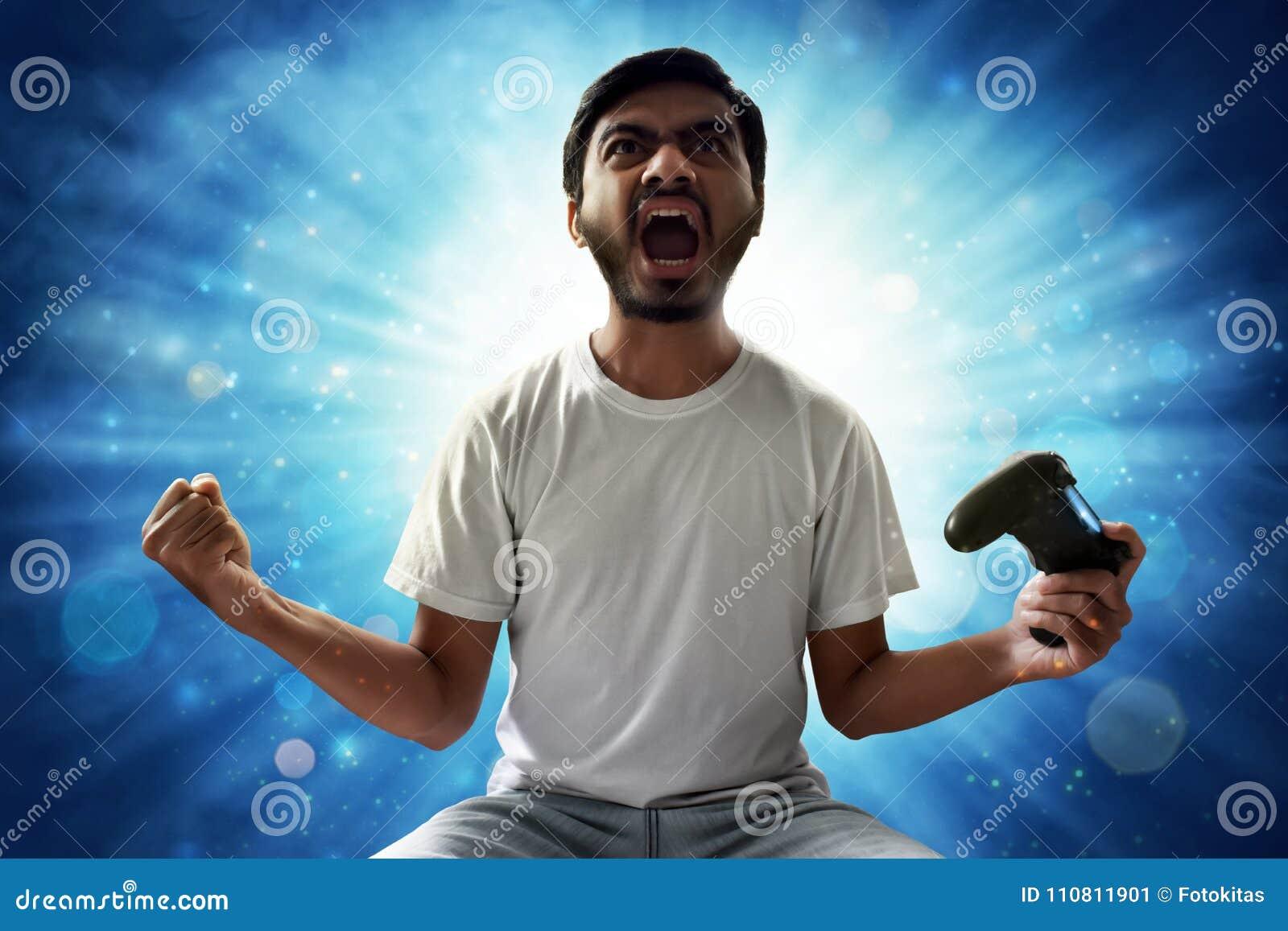 Asiatisk man som spelar videospel