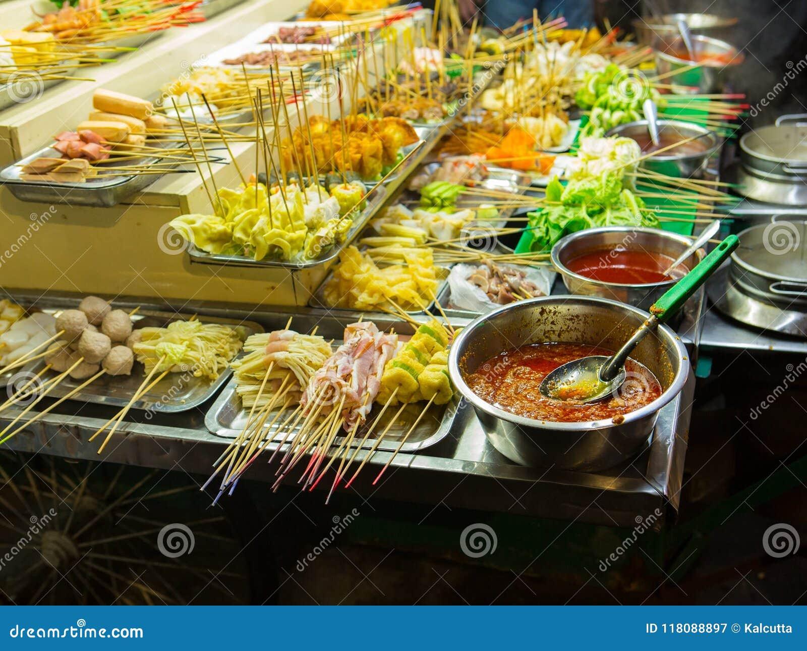 Asiatisk matgata Folk som lagar mat, säljer och köper exotiska Asi