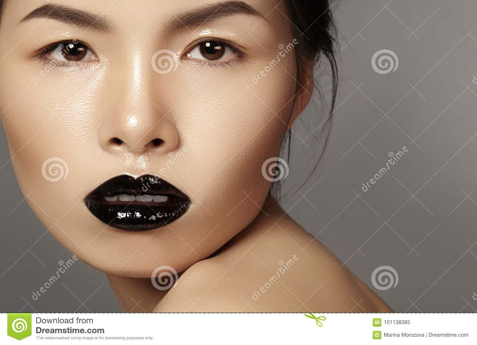 Asiatisk modell för närbildstående med modekantsmink, rengöringhud Skönhethalloween stil med svart läppstiftmakeup