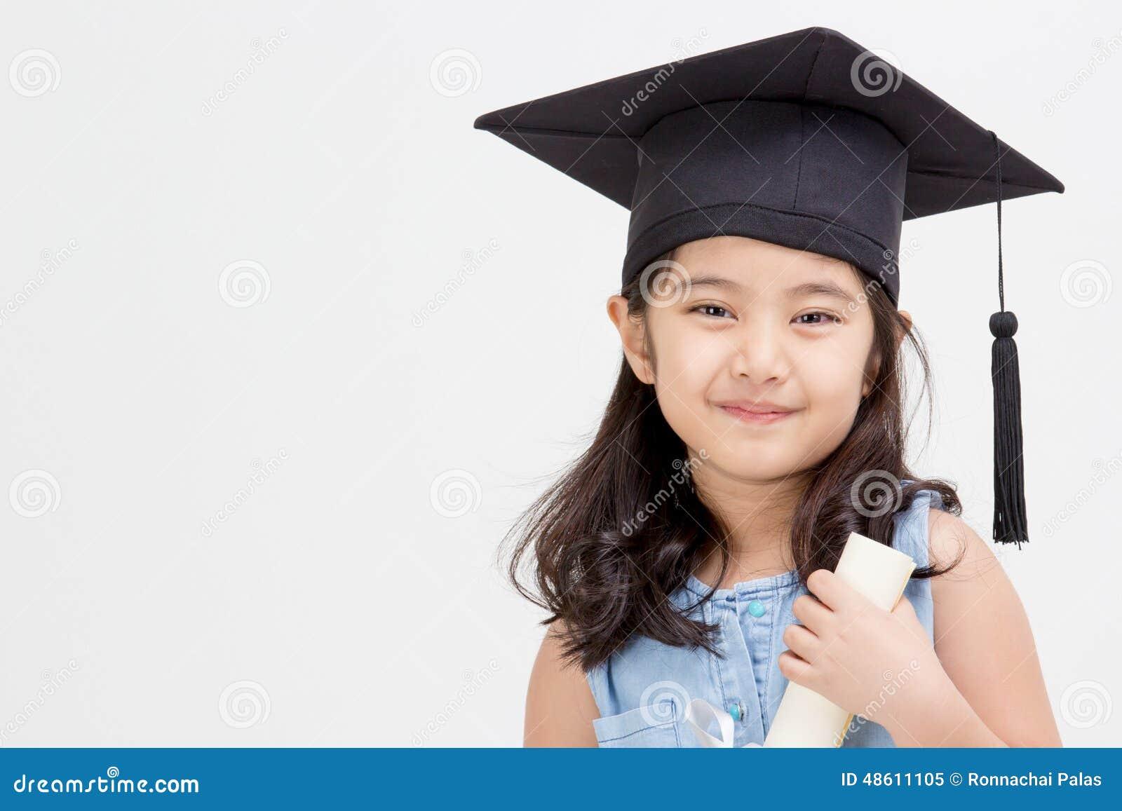 Asiatisk skolaungekandidat i avläggande av examenlock