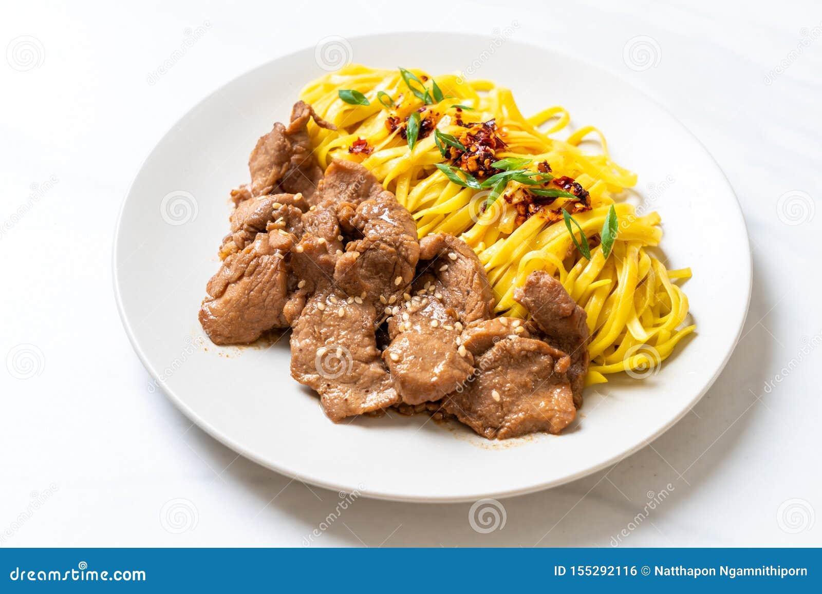 Asiatisk stekt under omrörning nudel med griskött