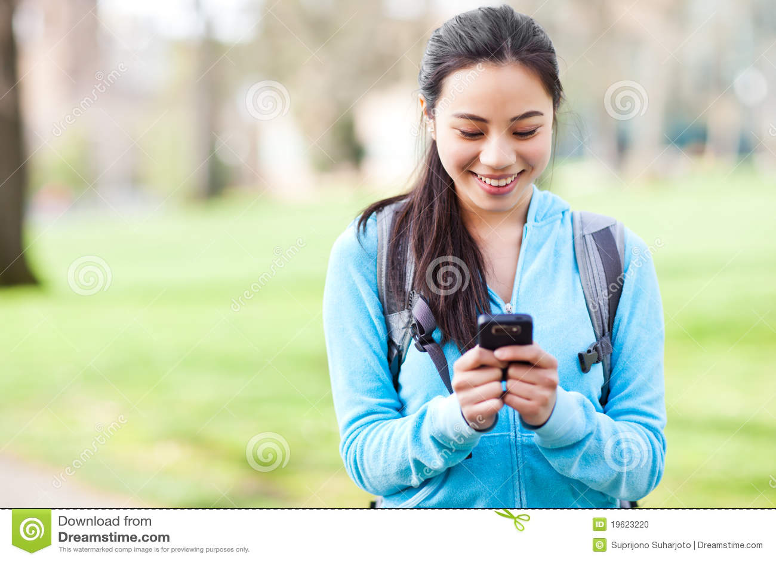 Asiatisk telefondeltagare som texting