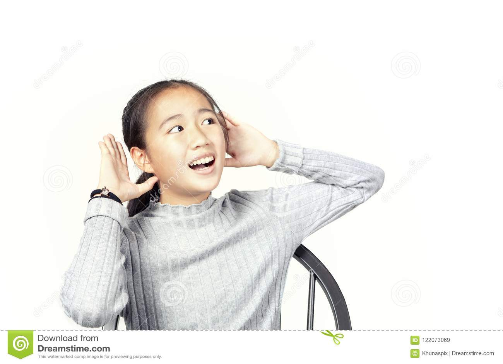 Asiatisk tonåringlönelyfthand upp till som hör isolerad vit backgroun