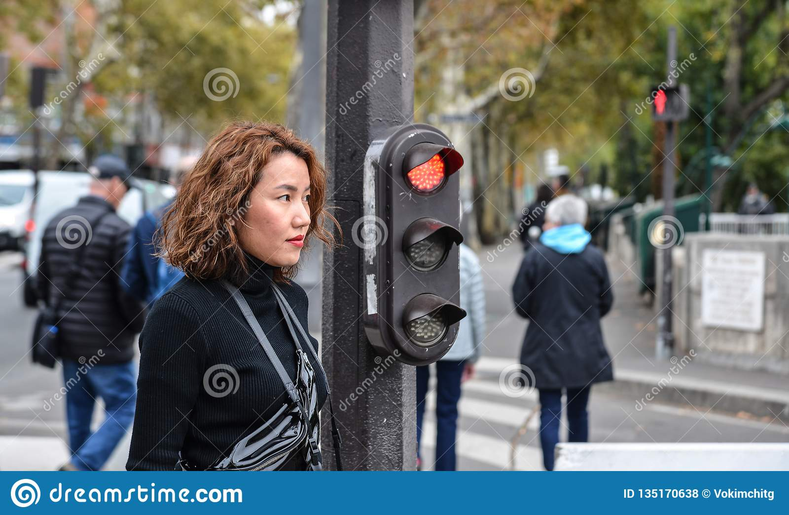 Asiatisk ung kvinna på gatan i Paris