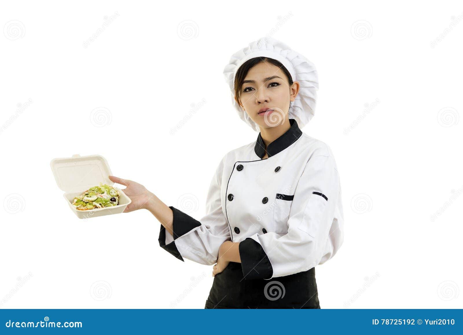 Asiatisk ung kvinna som rymmer ett mataskpapper med äggsallad