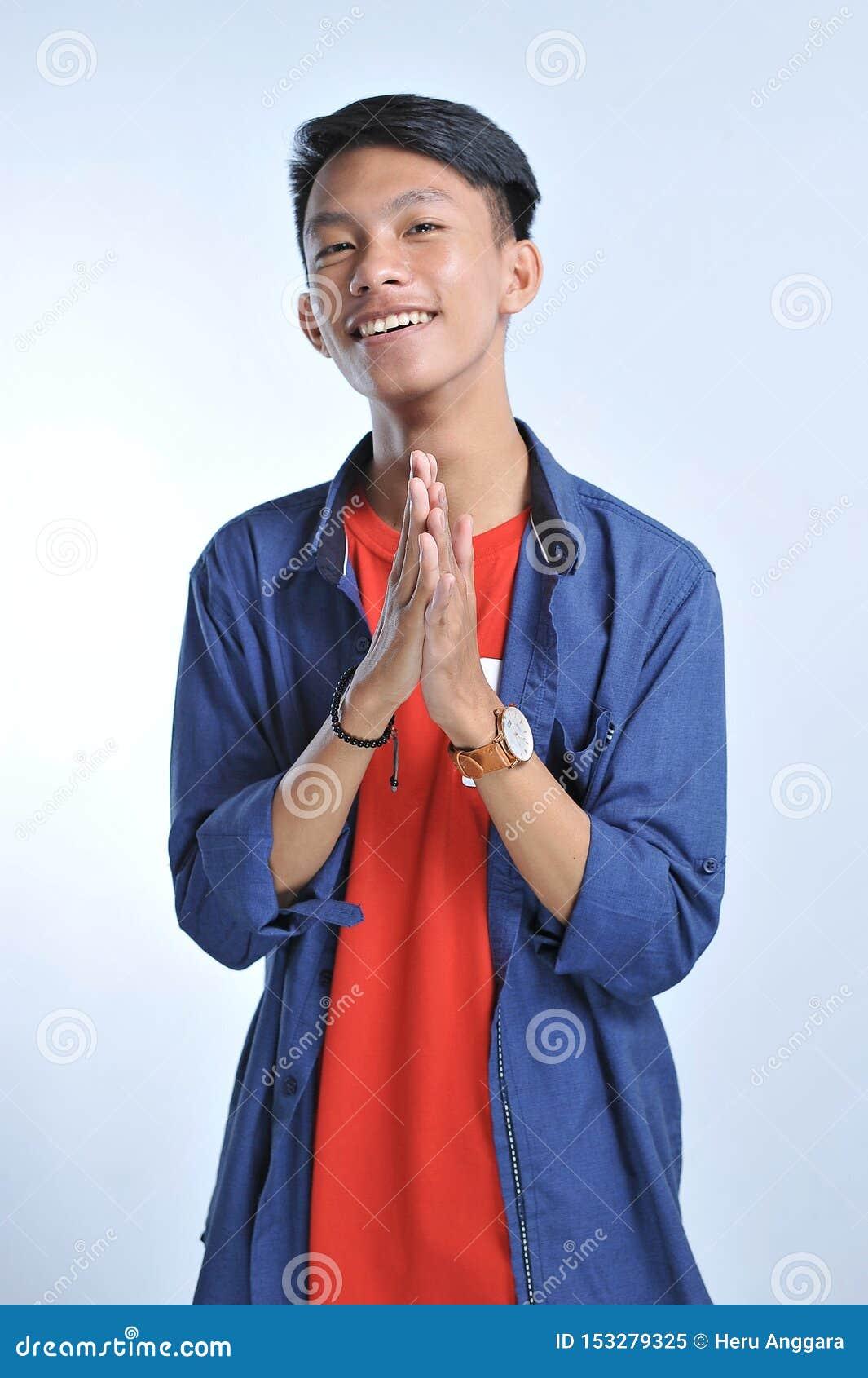 Asiatisk ung man för förtroende att bära tillfälliga t-skjortor med säkert le