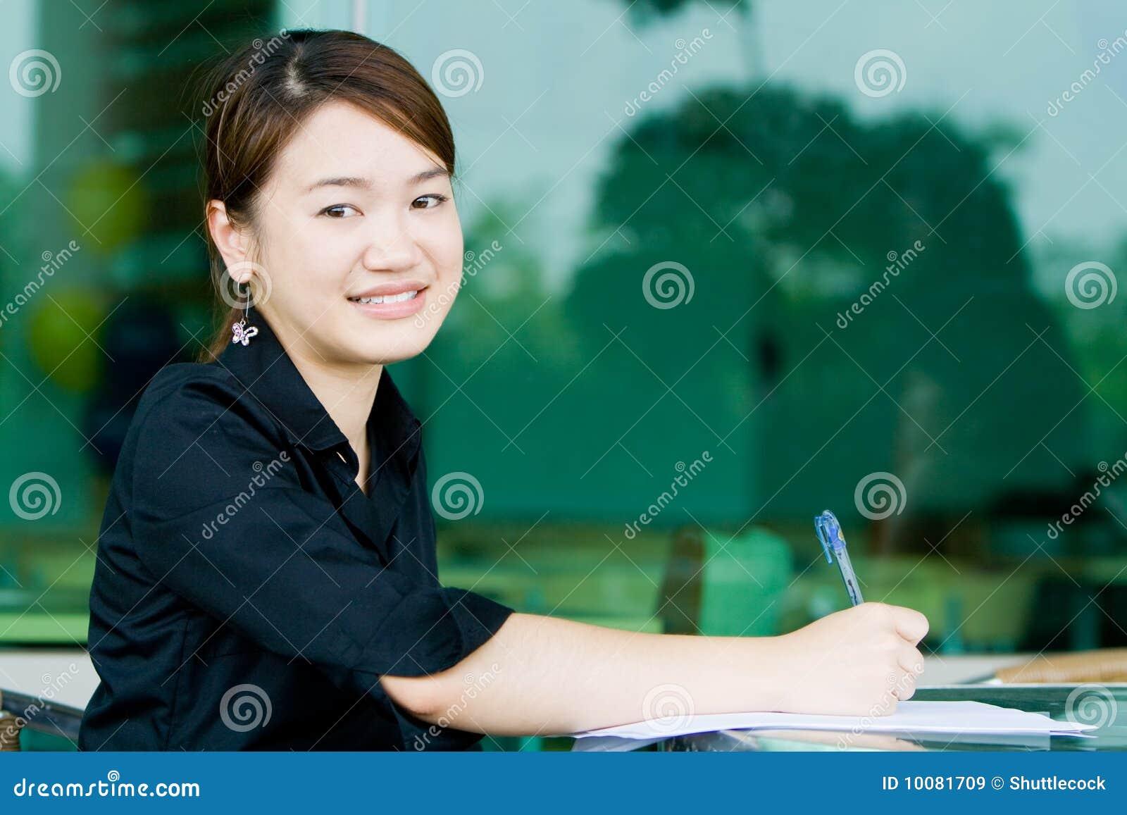 Asiatisk writing för kvinna för affärsrapport