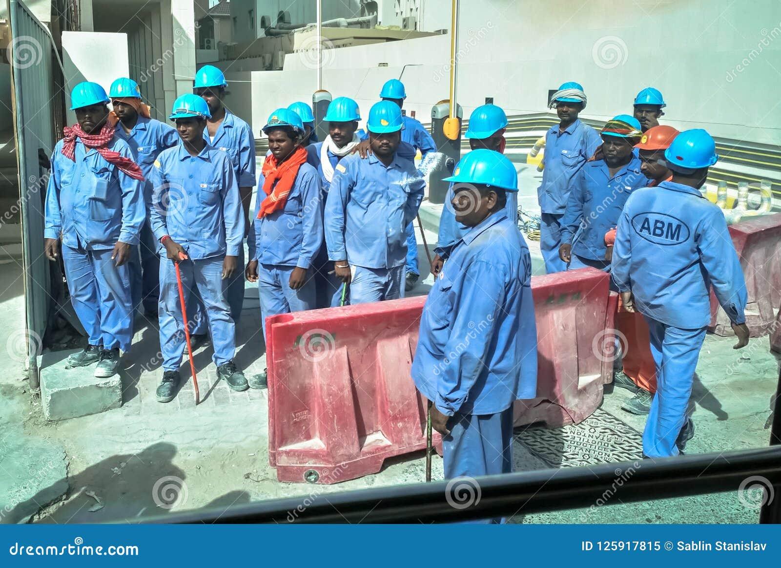 Asiatiska arbetare i Dubai En grupp av asiatiska arbetare på konstruktionsplatsen Dubai Augusti 2018