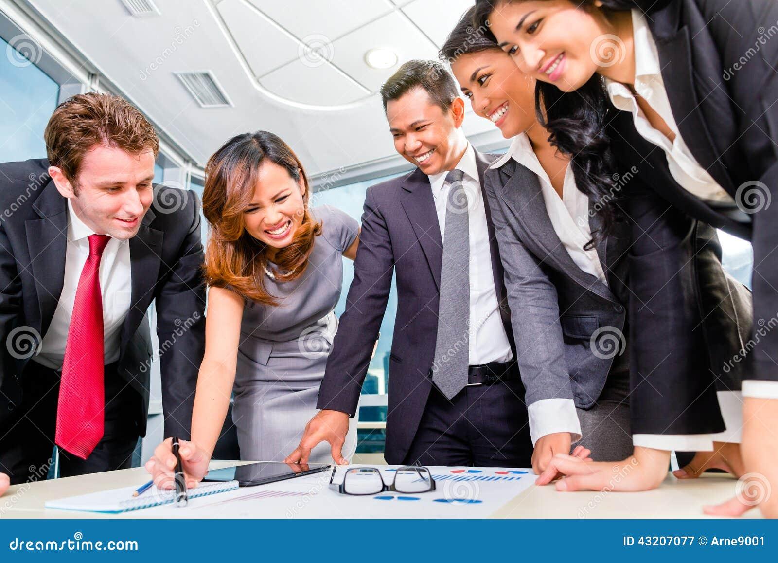 Download Asiatiska Businesspeople Som I Regeringsställning Möter Fotografering för Bildbyråer - Bild av kommunikation, analyserar: 43207077