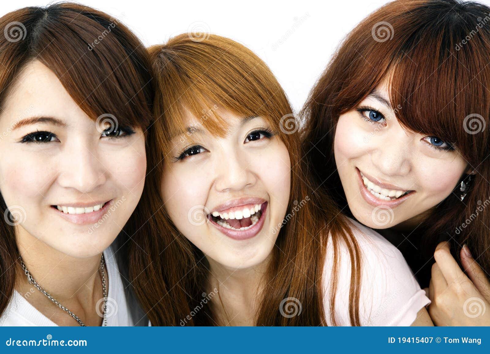Asiatiska flickor grupperar lyckligt