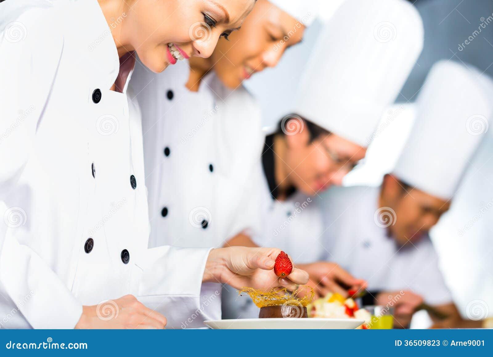Asiatiska kockar i restaurangkökmatlagning