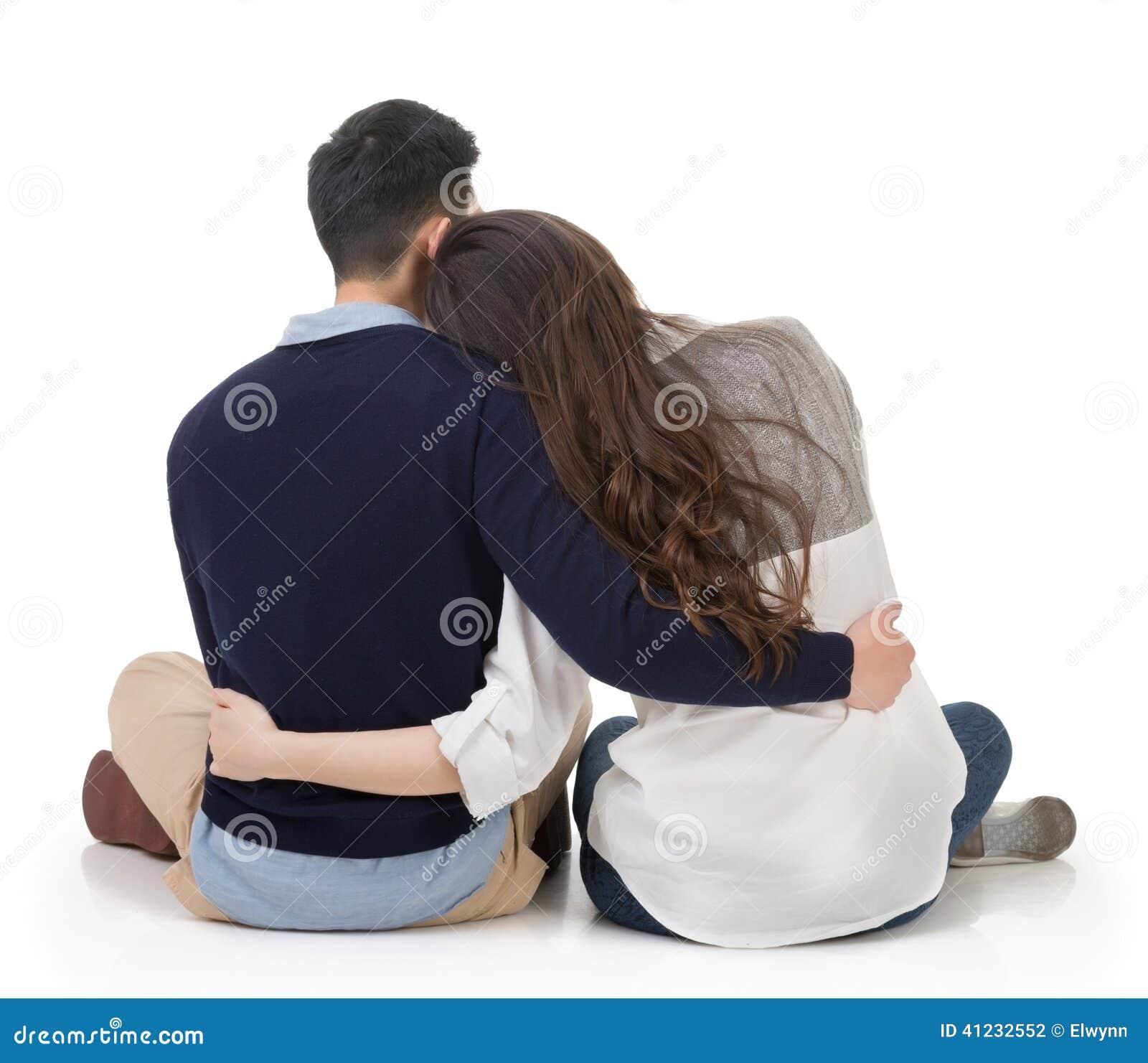 Asiatiska par sitter på jordning