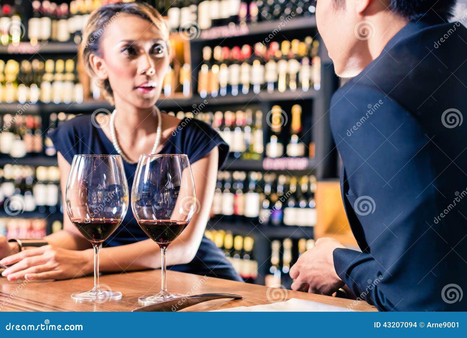 Download Asiatiska Par Som Dricker Rött Vin Arkivfoto - Bild av sida, sortiment: 43207094