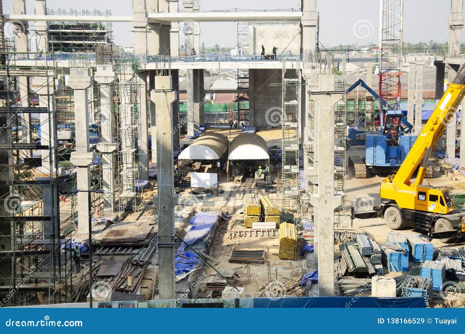 Asiatiska thai arbetare och arbetande byggmästarenybygge för tungt maskineri på höghus för konstruktionsplats i Bangkok, Thailand