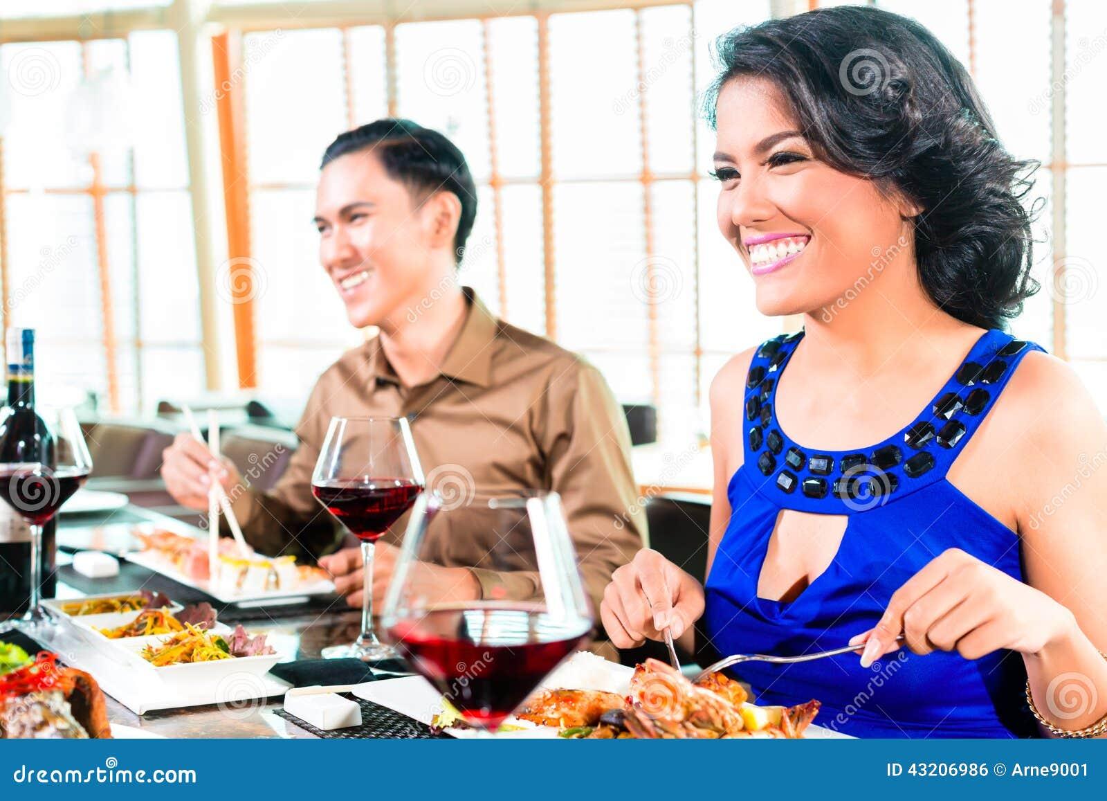 Download Asiatiska Vänner Som äter I Restaurang Arkivfoto - Bild av indones, flickvän: 43206986