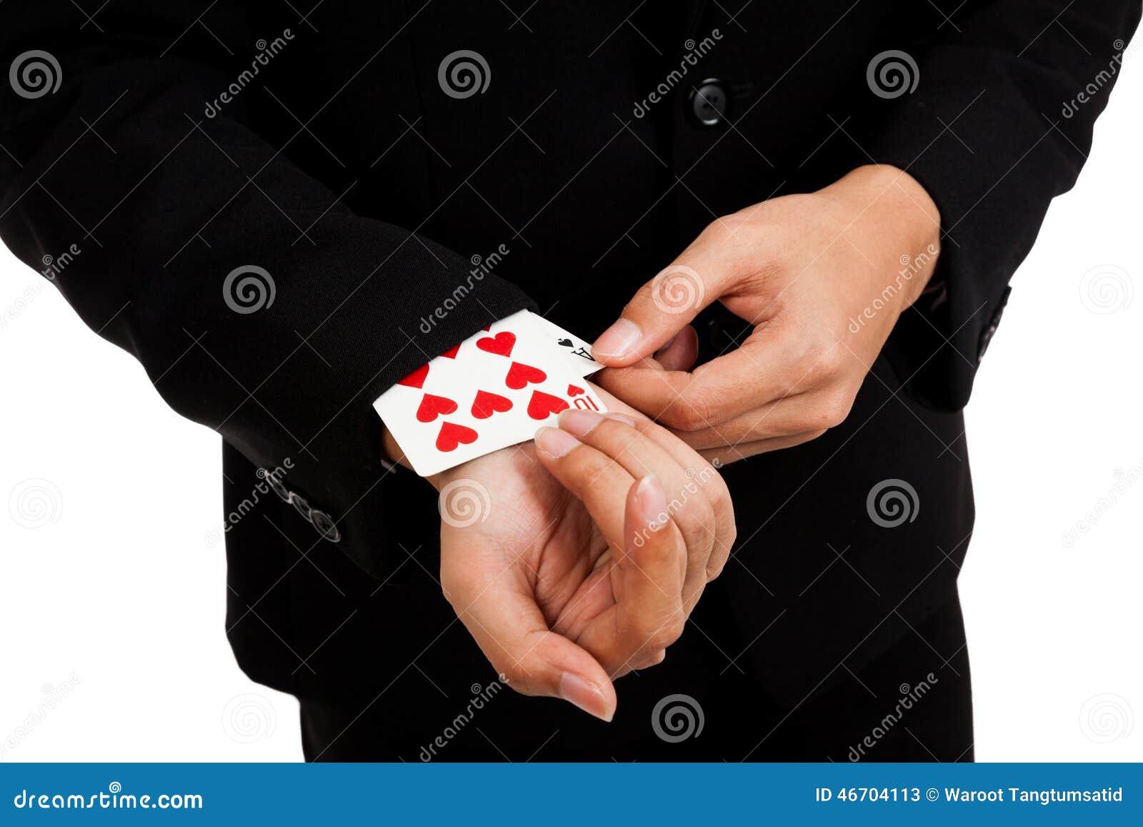 Asiatiskt affärsmanhandtag för fusk som spelar kort från muffen