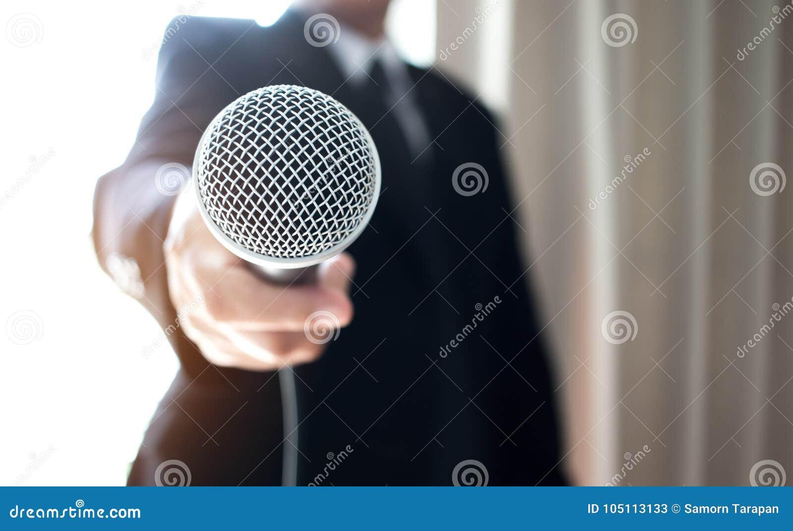 Asiatiskt anförande för smart affärsman och tala med mikrofoner in