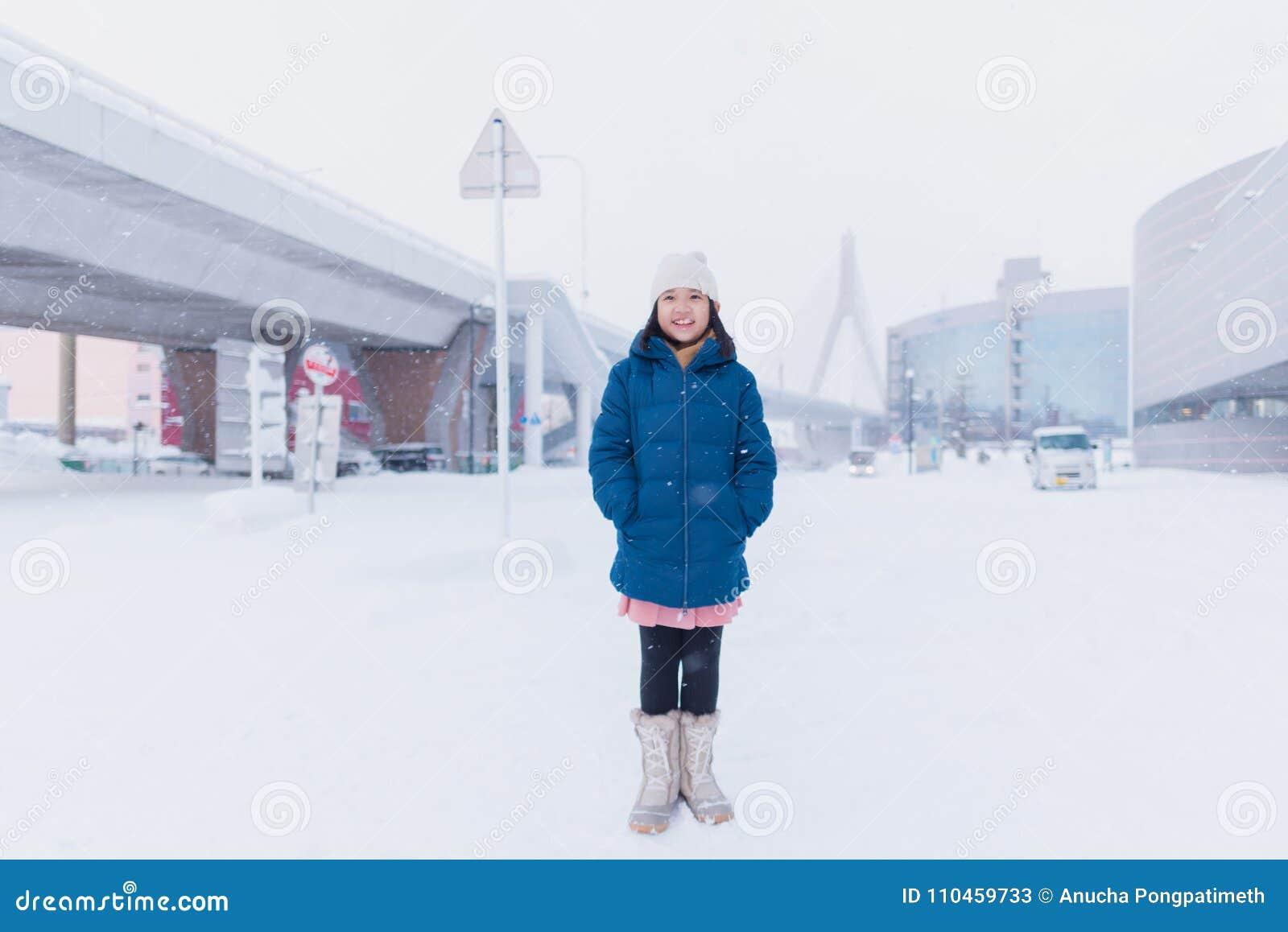Asiatiskt barn i vinter