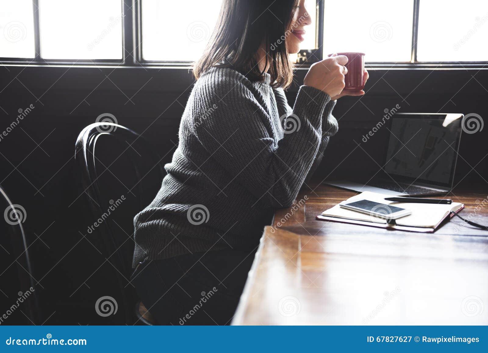 Asiatiskt kafébegrepp för dam Enjoying Cup Coffee