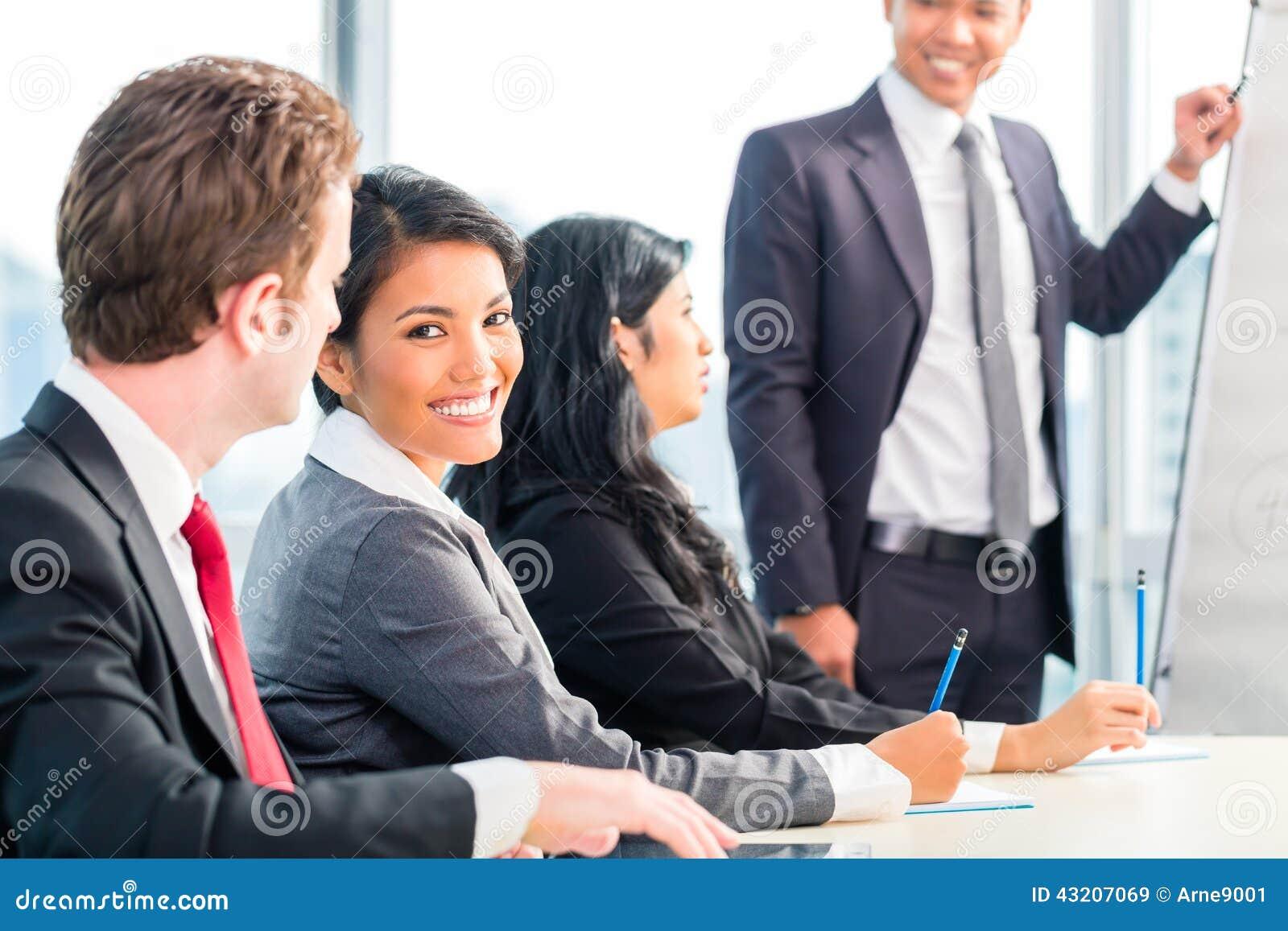 Download Asiatiskt Lagmöte För Businesspeople I Regeringsställning Fotografering för Bildbyråer - Bild av rapporter, lyckligt: 43207069