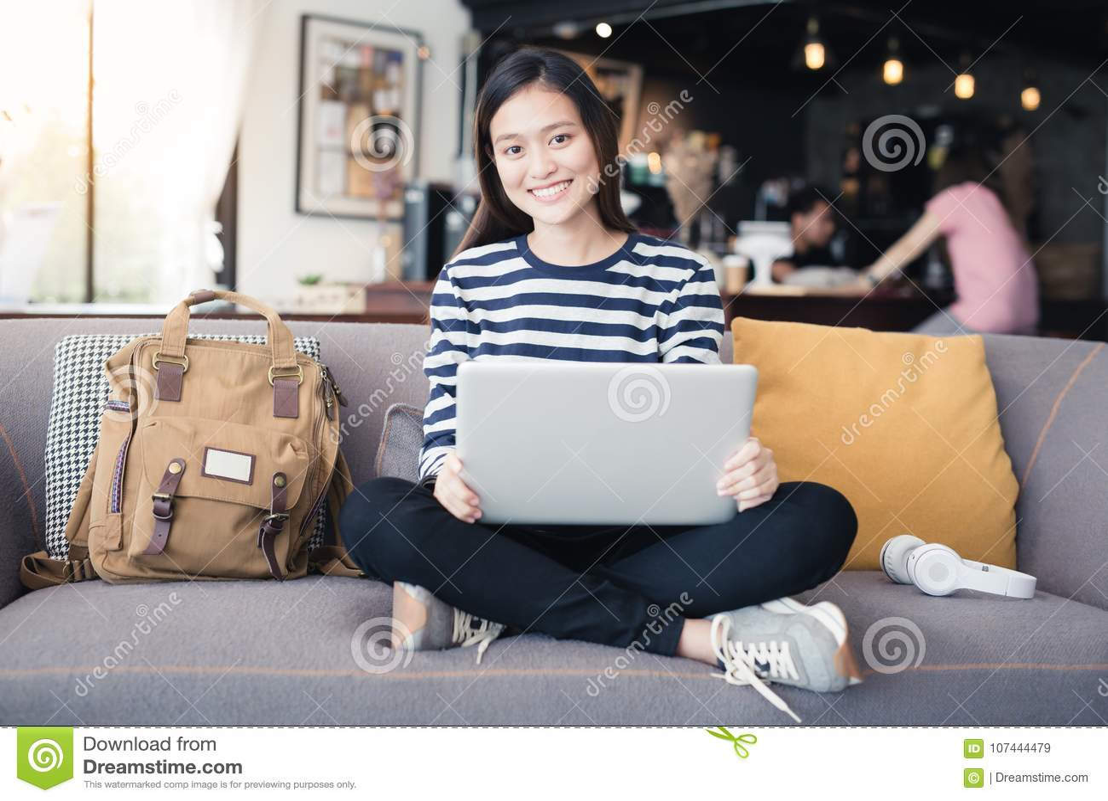 Asiatsfrau der neuen Generation, die Laptop an der Kaffeestube, asiatischer wo verwendet
