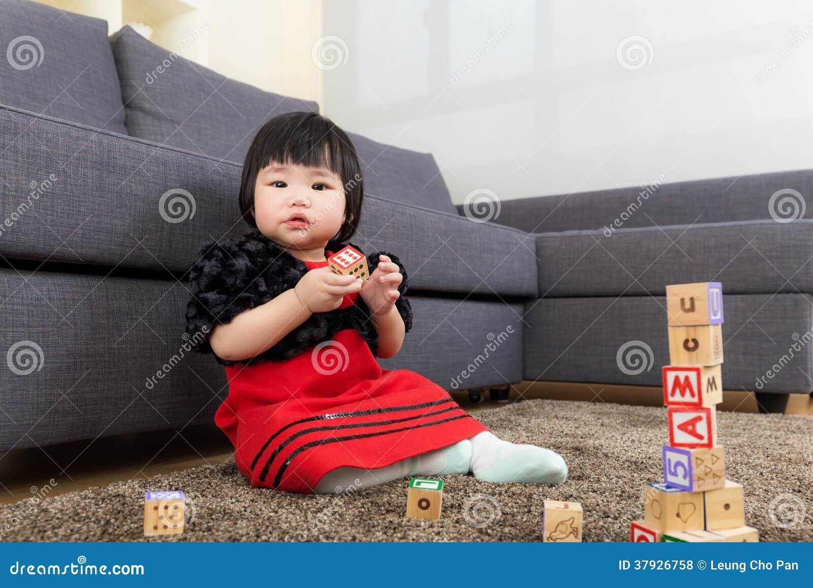 Asien behandla som ett barn det byggda leksakkvarteret för flickan