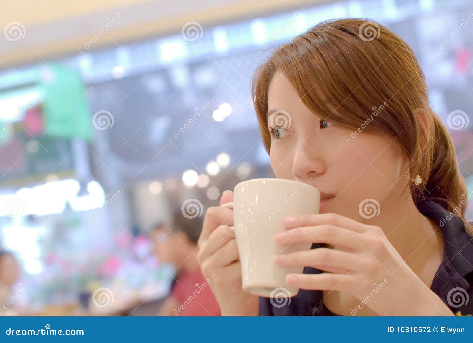 Asien-schönes Mädchen mit Kaffee