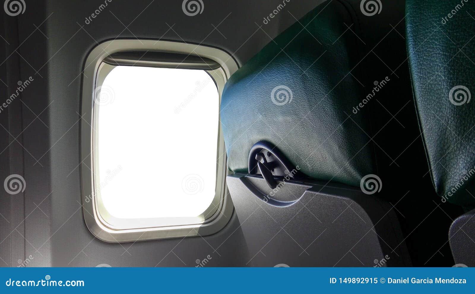 Asiento de ventana del aeroplano con la ventana blanca vacía aislada dentro de los aviones