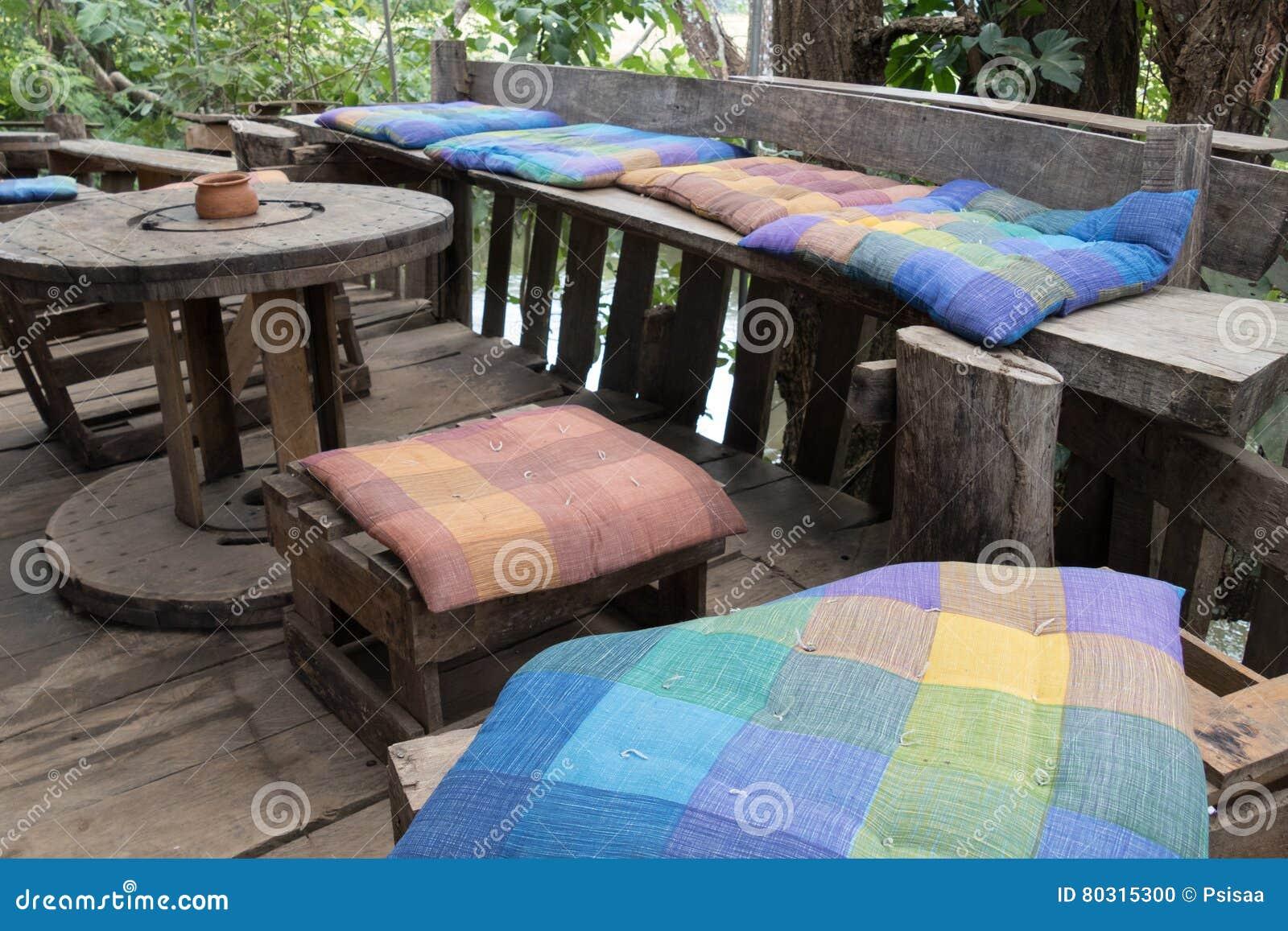 asiento y de madera en balcn de la terraza con la opinin del bosque