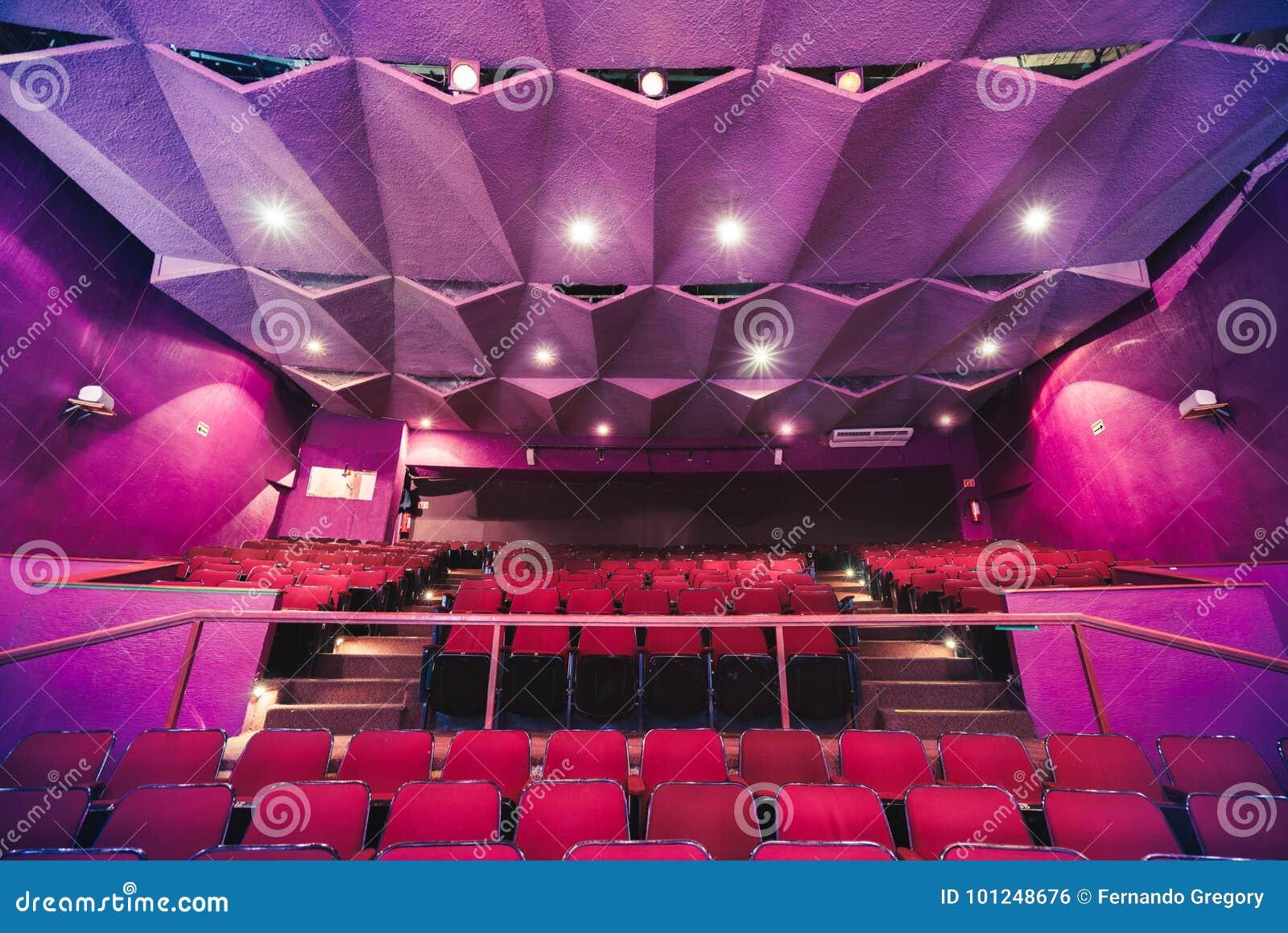 Asientos del teatro con la iluminación dramática